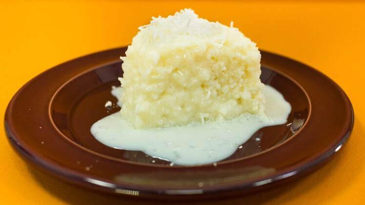 Bolo de tapioca com calda